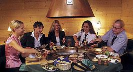 Tiroler Stadl - Familienessen am Grilltisch