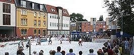 Fußball auf Schnee bei strahlendem Sonnenschein