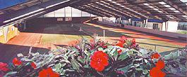 Tennishalle in der Sommersaison